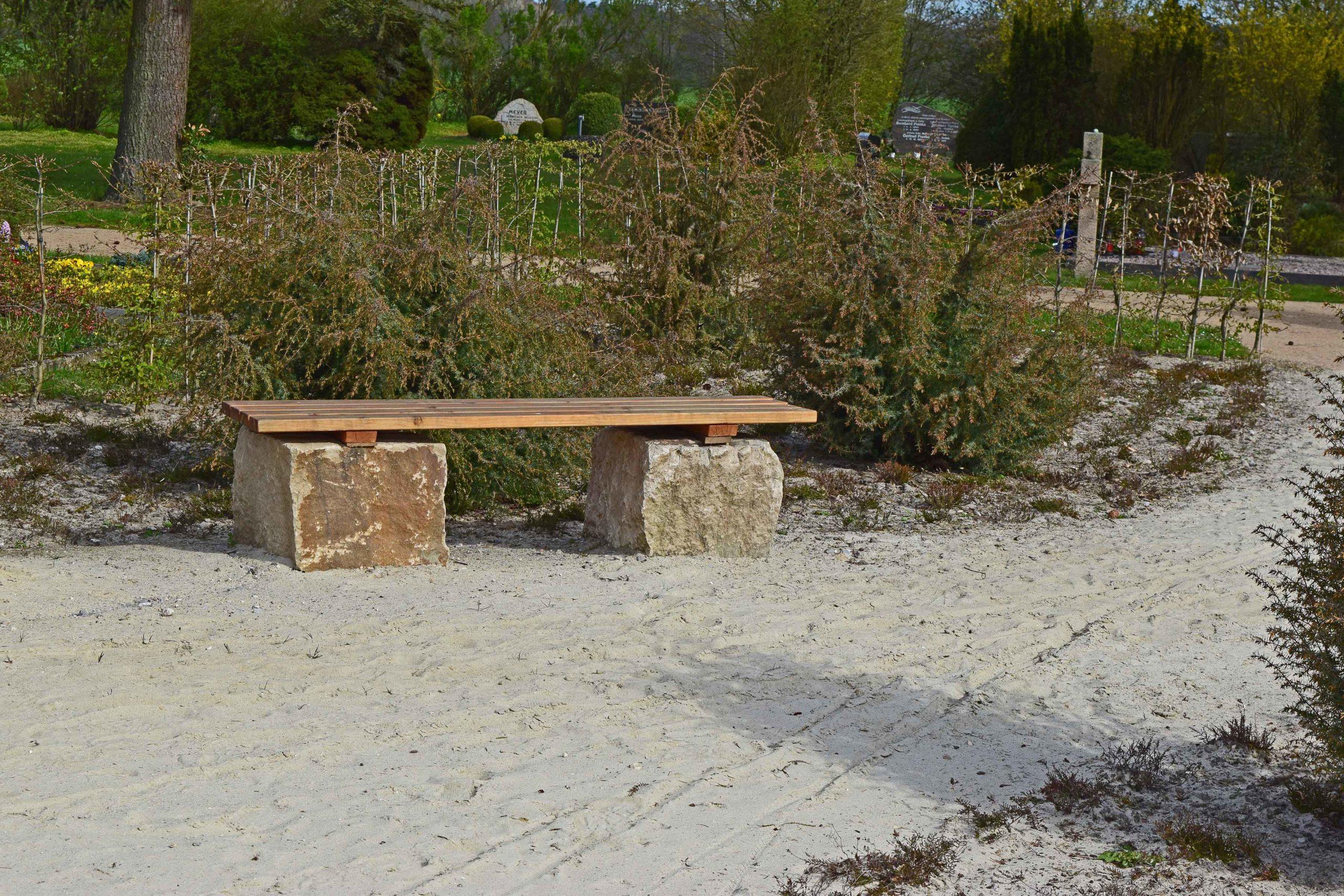 Sitzbank in der Heidefläche
